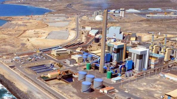 Imagen de archivo con la central eléctrica de Granadilla, de Endesa, y el puerto en fase de construcción