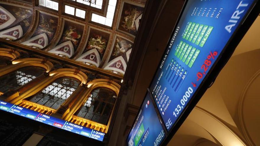 A las 9.15 horas, el principal indicador de la Bolsa española, el IBEX 35, se anotaba 15,10 puntos, ese 0,16 %, hasta los 9.367,10 puntos, con lo que las ganancias anuales se elevan al 9,70 %. .