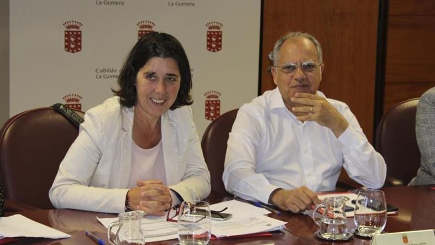 El presidente del Cabildo de La Gomera y líder de ASG, Casimiro Curbelo (d), junto a la viceconsejera de medio ambiente del Gobierno de Canarias, Blanca Pérez (i)