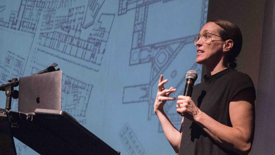 Tatiana Bilbao, durante una conferencia para los alumnos de arquitectura de la UNAM.