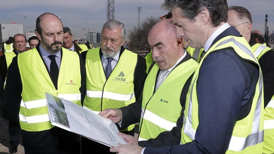 Imagen de una visita de Íñigo de la Serna a obras del AVE en Madrid
