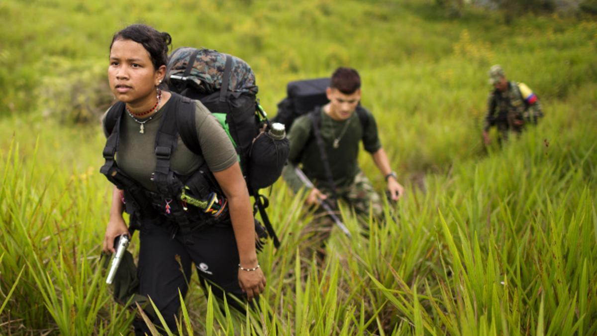 Giselle, de 18 años, avanza con otros miembros de las FARC en la región de Antioquia, en Colombia, en enero de 2016
