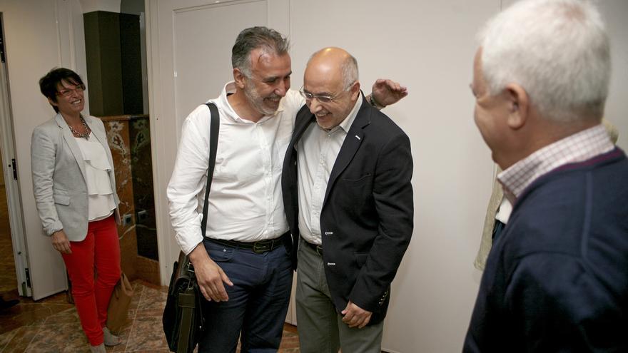 Ángel Victor Torres y Antonio Morales se abrazan en presencia de Elena Máñez y Carmelo Ramírez (ALEJANDRO RAMOS)