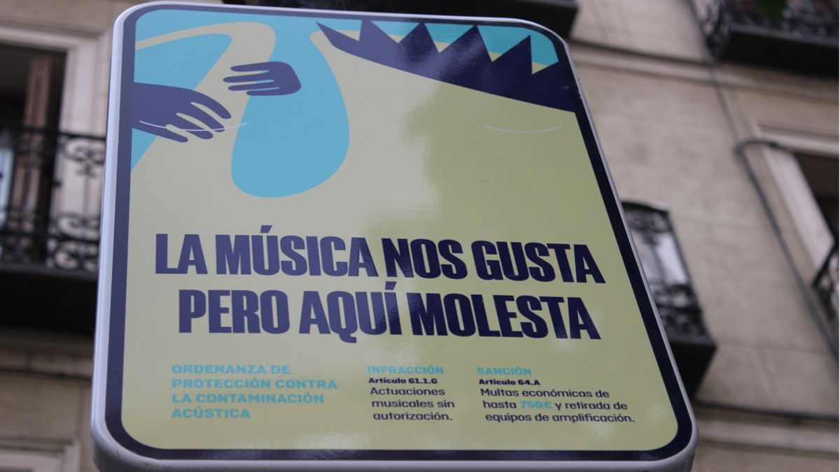Detalle de las nuevas señales contra la música callejera en la Plaza de Chueca | SOMOS CHUECA