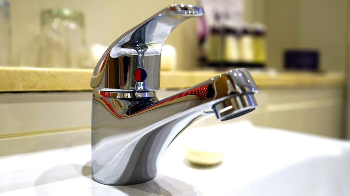 Un grifo en un baño