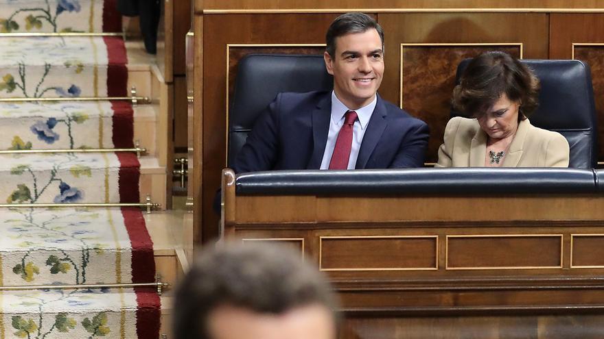 Pablo Casado a su retirada del estrado tras su intervención en la sesión de investidura ante la mirada de Pedro Sánchez.