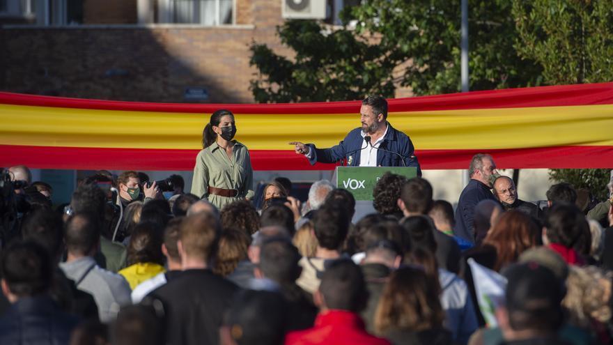 La candidata de Vox a la Presidencia de la Comunidad de Madrid, Rocío Monasterio, y el presidente del partido, Santiago Abascal, durante un mitin en Villanueva del Pardillo