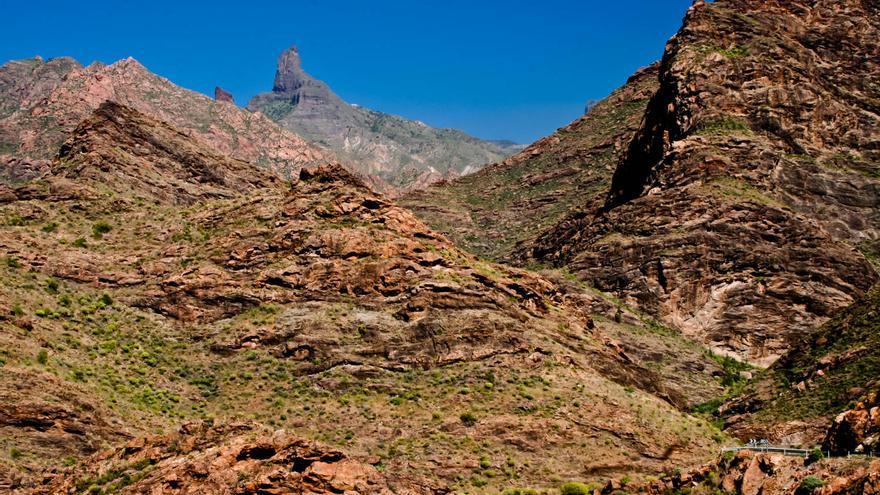 El Bentayga asoma entre las montañas del centro de Gran Canaria. VIAJAR AHORA