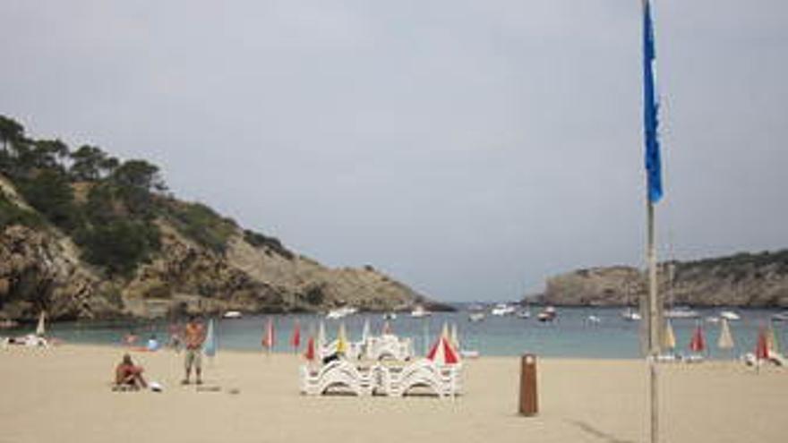 Playa en España con bander azul