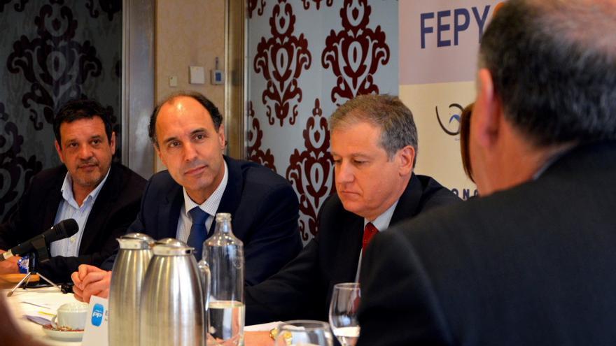 Los dirigentes del PP, Ignacio Diego y Eduardo Arasti, durante una reunión con la Federación de de las Pymes del Comercio de Cantabria (FEPYCAN).