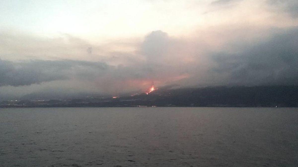 El nuevo volcán de La Palma visto desde el mar.