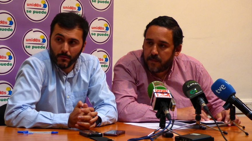 El portavoz de Unid@s se Puede, Rubens Ascanio (d), y el concejal José Marrero, durante la rueda de prensa