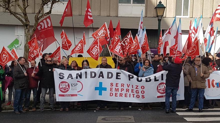 Protesta en el exterior del Parlamento gallego contra la reforma sanitaria durante el pleno