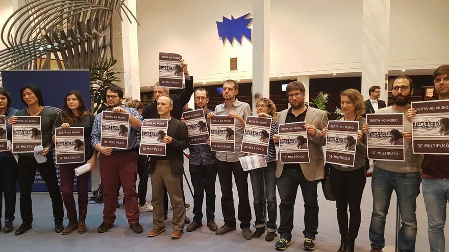 Delegaciones europeas de Podemos, IU y Equo homenajean a Berta Cáceres.