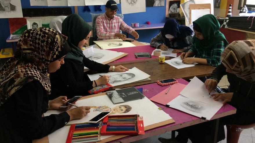 Imagen del día a día en la Asociación para la Cultura y el Libre Pensamiento en Gaza.