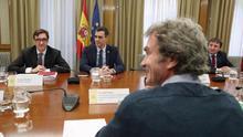 El ministro de Sanidad, Salvador Illa, el presidente del Gobierno, Pedro Sánchez, y el director del Centro de Coordinación y Alertas Sanitarias Fernando Simón, durante la reunión sobre el seguimiento del coronavirus en España
