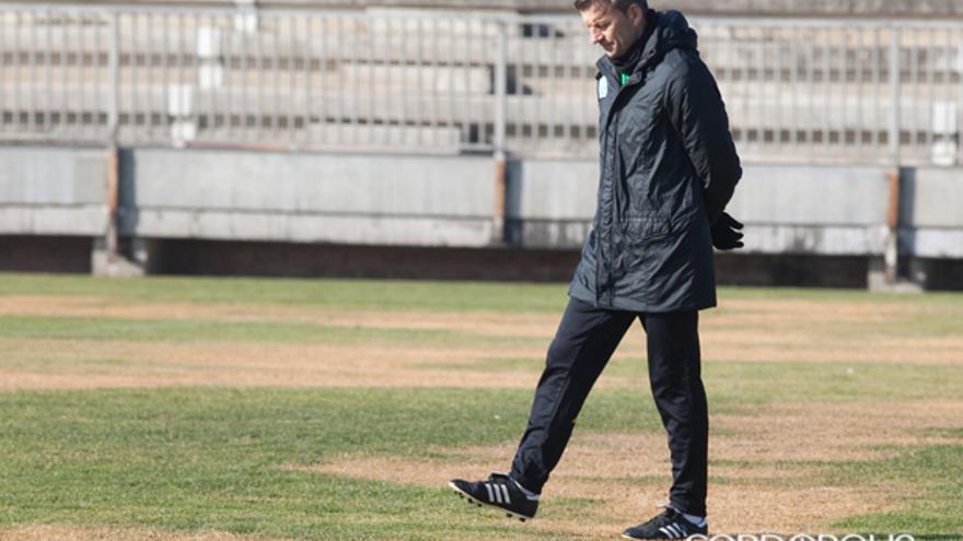 Djukic, pensativo sobre el césped quemado de la Ciudad Deportiva | ÁLVARO CARMONA