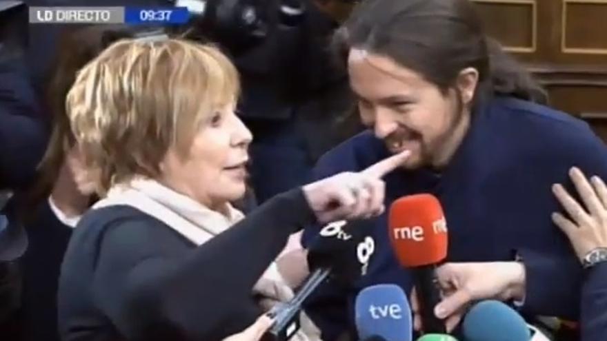 Pablo Iglesias se sienta en el 'banco azul' y discute con Villalobos nada más pisar el hemiciclo del Congreso