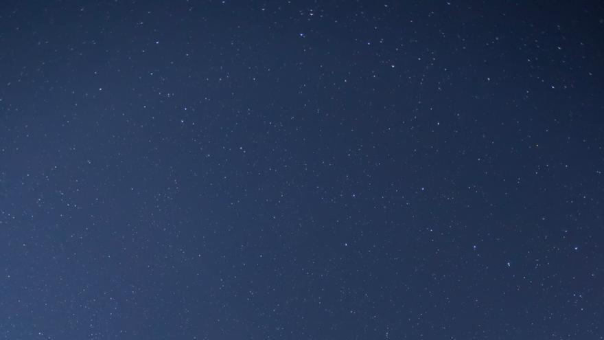 La escritora Ángela Vallvey durante una observación astronómica nocturna junto al Gran Telescopio Canarias (GTC), en el Observatorio del Roque de los Muchachos (ORM), en La Palma. Crédito: Toño González/IAC.