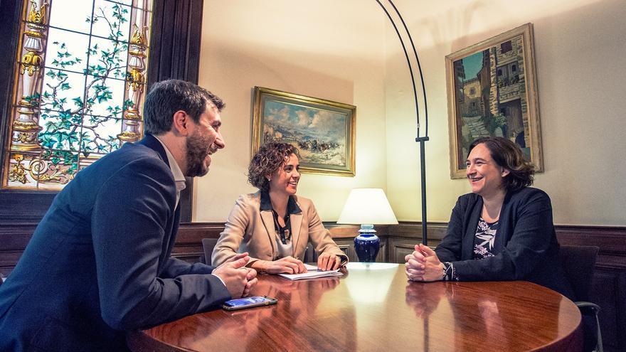 El conseller de Salud Toni Comín, la ministra de Sanidad Dolors Montserrat y la alcaldesa de Barcelona Ada Colau este lunes