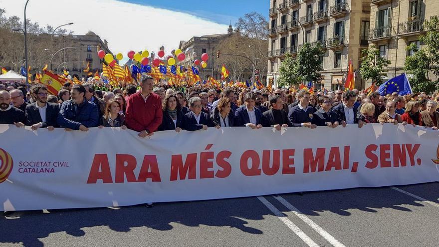 Cabecera de la manifestación de Societat Civil Catalana, este domingo en Barcelona. Imagen: @DolorsMM