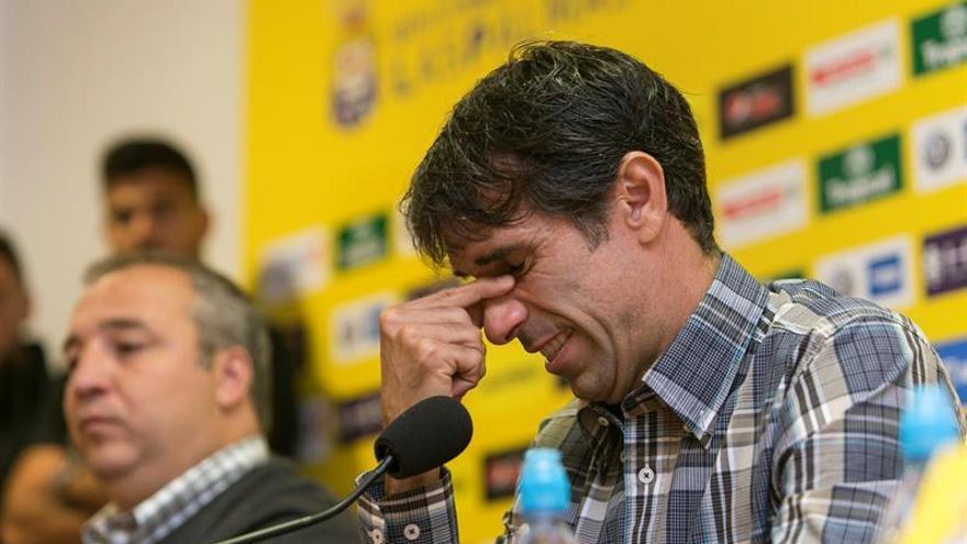 Juan Carlos Valerón (d) de la UD Las Palmas, junto al presidente de la entidad Miguel Ángel Ramírez (i), anuncia su retirada del fútbol (EFE/Quique Curbelo)