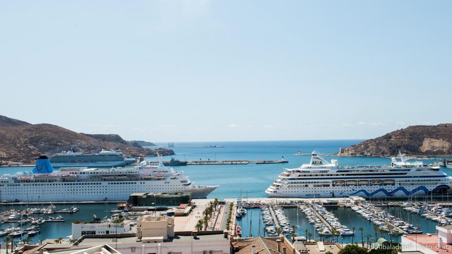 Cruceros en el puerto de Cartagena / J. AlbaladejoR