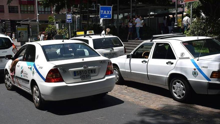 Taxistas en una céntrica parada de Santa Cruz de Tenerife