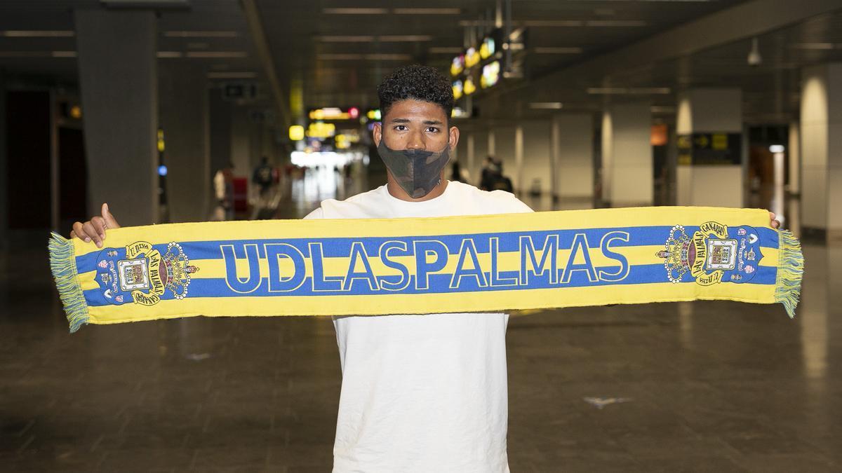 Erick Ferigra posa con una bufanda de la UD Las Palmas