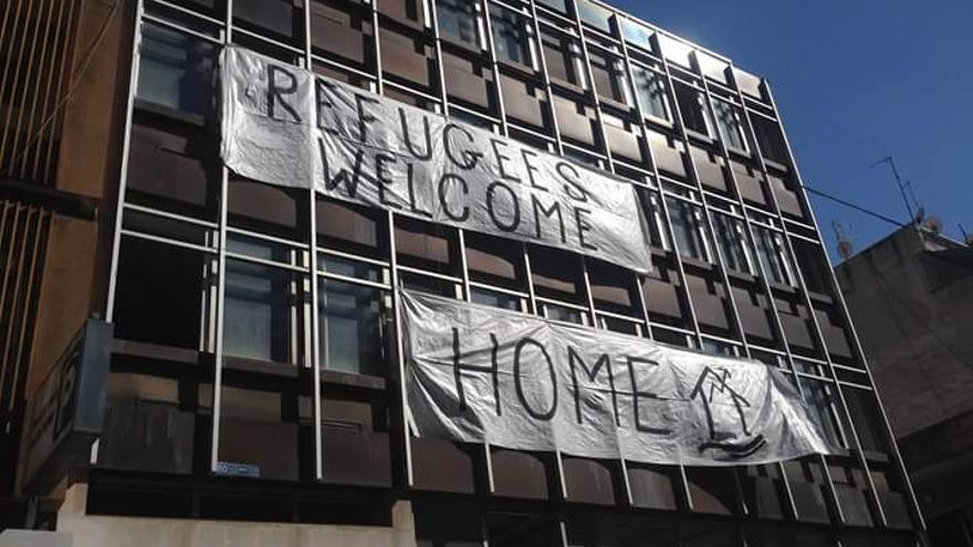 Casa ocupada por refugiados atacada en Atenas