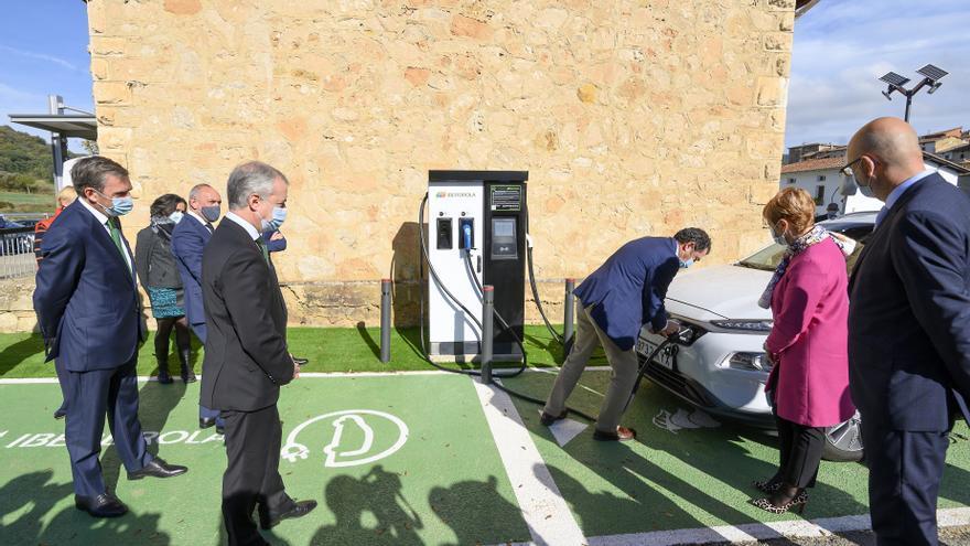 Euskadi anuncia que la red de recarga rápida de coches eléctricos se triplicará en cuatro años con 100 puntos