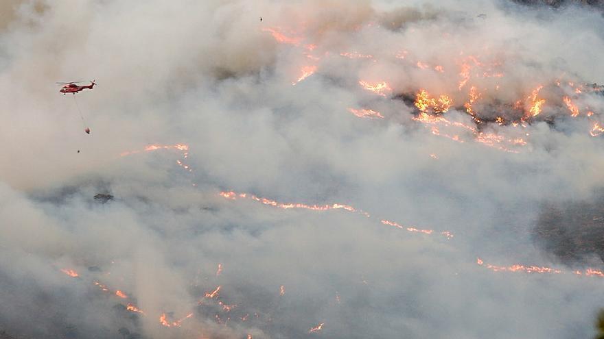 Imagen de archivo de un helicóptero contra incendio intentando apagar el fuego de la Sierra Bermeja.
