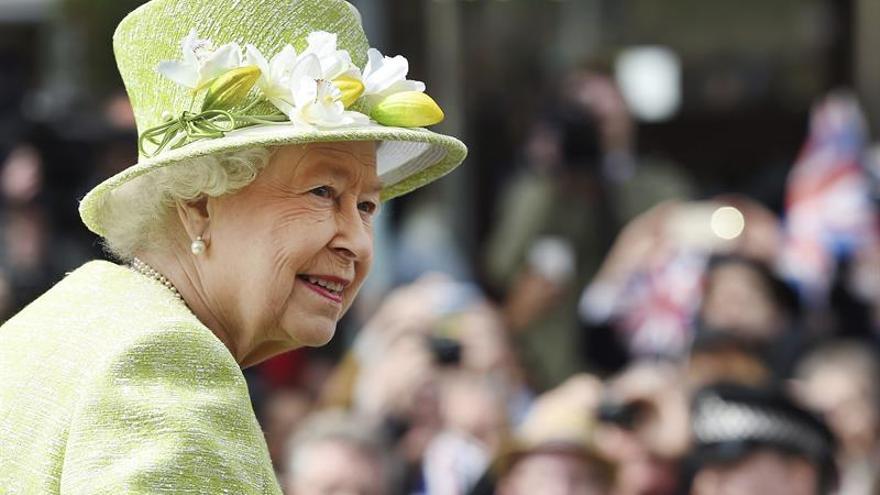 """Isabel II llama """"groseros"""" a funcionarios chinos en una conversación grabada en TV"""