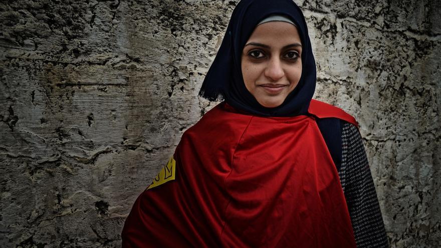 """Safa, 29 años, es de la ciudad de Jan Yunis y trabaja como fisioterapeuta en una de las clínicas de Médicos Sin Fronteras MSF. """"En Gaza las mujeres estamos expuestas a muchas dificultades, pero intentamos que no nos afecten demasiado. Los retos a los que enfrentamos nos hacen más fuertes cada día e intento ser positiva para afrontarlos."""" Fotografía: Ovidiu Tataru."""