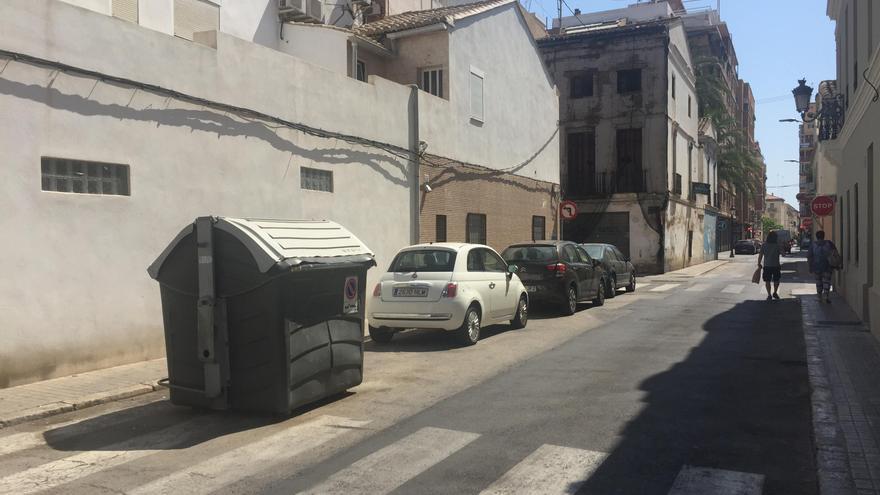 Un único contenedor de residuos orgánicos aislado en el entorno de la calle Progreso