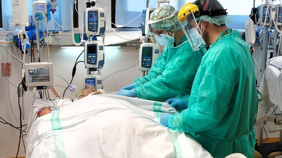 A pesar de que bajan los contagios y la incidencia, el número de hospitalizados se mantiene al alza.