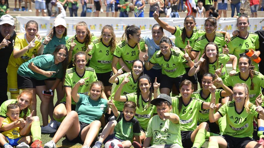 Las jugadoras grancanarias celebrando la victoria sobre el Juan Grande