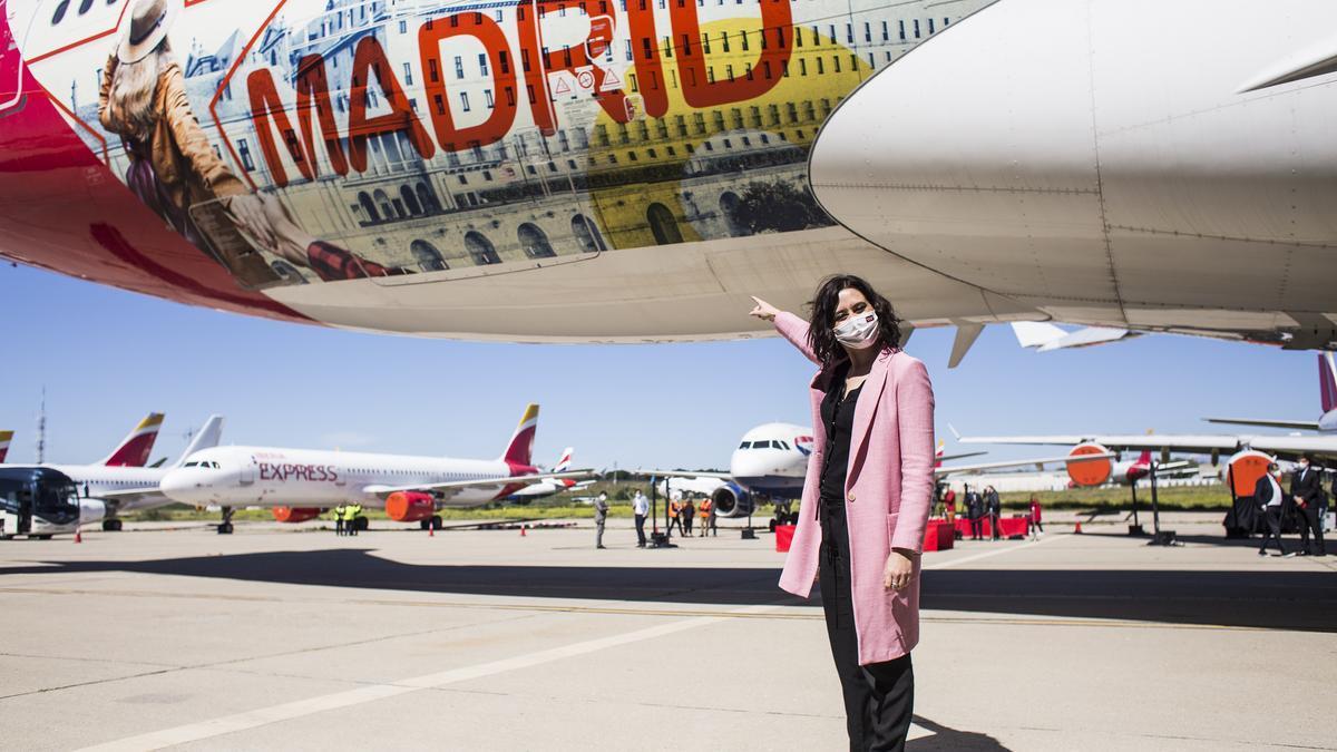 La presidenta de la Comunidad de Madrid, Isabel Díaz Ayuso, posa durante la presentación del avión de la compañía Iberia con la imagen de la Comunidad de Madrid, a 12 de abril de 2021
