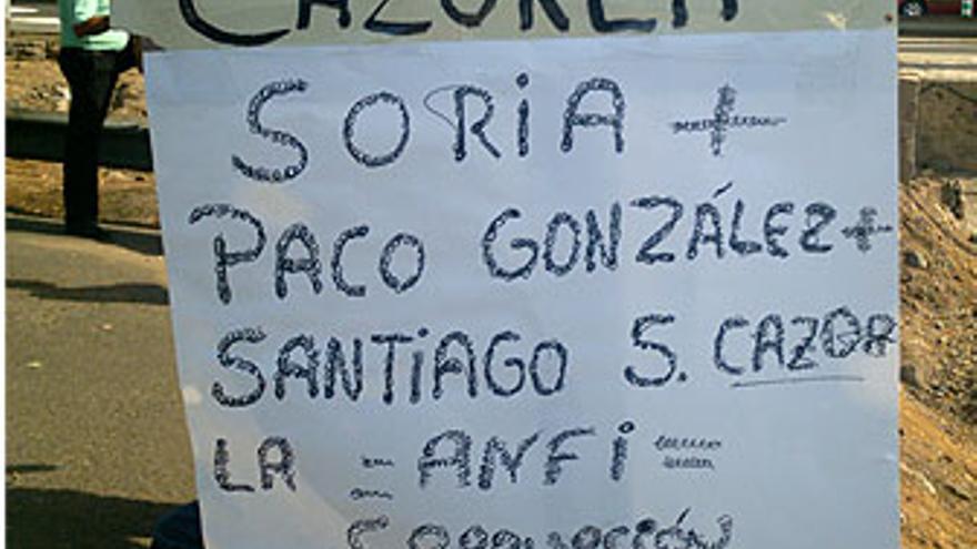 Pancarta de los taxistas alusivas a la connivencia del Ayuntamiento y el Grupo Anfi en la negociación para el traslado de clientes del grupo hotelero. (CANARIAS AHORA)