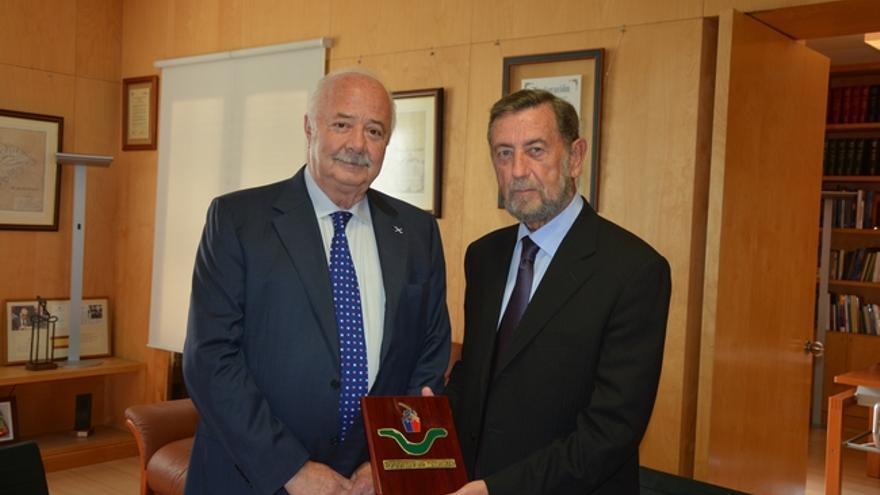 Ricardo Melchior y Manuel Gracia (derecha), en la sede de Puertos de Tenerife