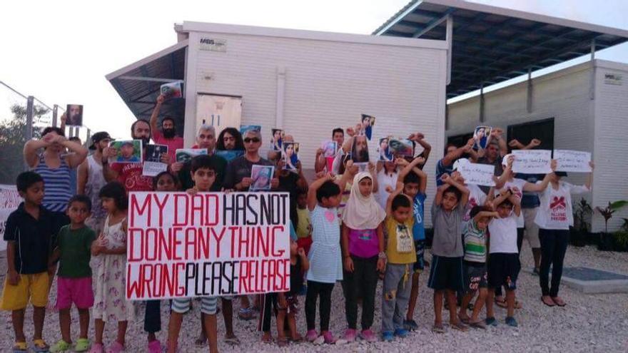 Un grupo de refugiados pide que les liberen en el centro de Nauru // Facebook: Free the Children NAURU
