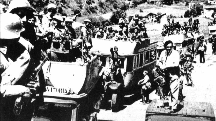 """La columna de Alonso Vega parte hacia algún lugar del frente en los primeros compases de la Guerra Civil. La primera misión de muchas de esta columna """"apagafuegos"""" fue acudir a Villarreal la tarde del 21 de julio de 1936 en cuanto se tuvo conocimiento de que los republicanos habían llegado hasta allí, pero se encontraron con que ya habían abandonado la villa. Estaba compuesta por soldados del batallón Flandes n.º 5 (Vicente Talón, Memoria de la Guerra de Euzkadi de 1936)."""