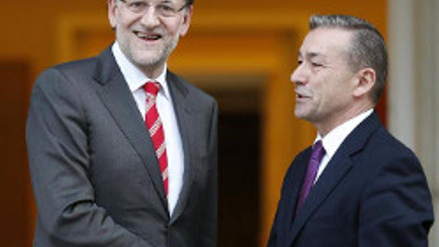 El presidente del Gobierno, Mariano Rajoy (i) saluda al presidente canario, Paulino Rivero, durante la reunión que han mantenido esta tarde en el Palacio de La Moncloa, en Madrid.
