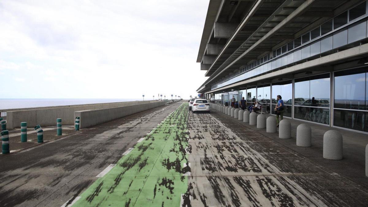 Cenizas en el aeropuerto de La Palma. / FOTO: José Bringas