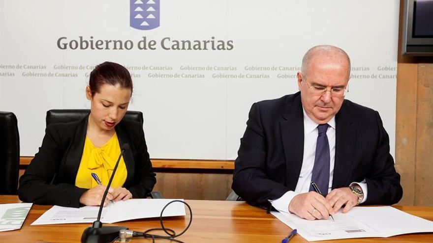La vicepresidenta del Gobierno de Canarias y consejera de Empleo, Políticas Sociales y Vivienda, Patricia Hernández (i) y el secretario general de la CEOE, Pedro Afonso, firmando el convenio para impulsar la realización de prácticas profesionales de los alumnos de los cursos de formación para desempleados