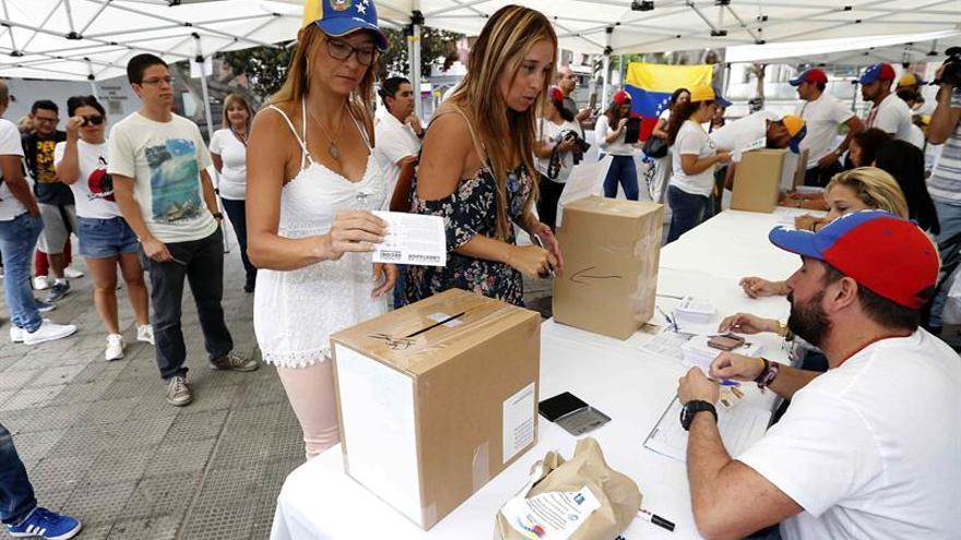 Varios ciudadnos venezolanos en el centro de votación de la consulta popular que se celebra hoy en Venezuela y en más de 200 ciudades en todo el mundo, incluidas las siete islas canarias.