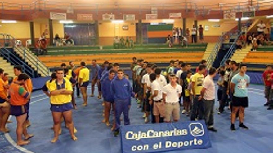 Jóvenes luchadores en el pabellón Camilo León.