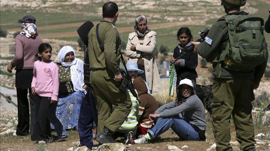 Imagen de archivo de soldados israelíes junto a un grupo de palestinos que protestan en contra de los asentamientos judíos en la localidad cisjordana de Yatta, al sur de la ciudad de Hebrón.