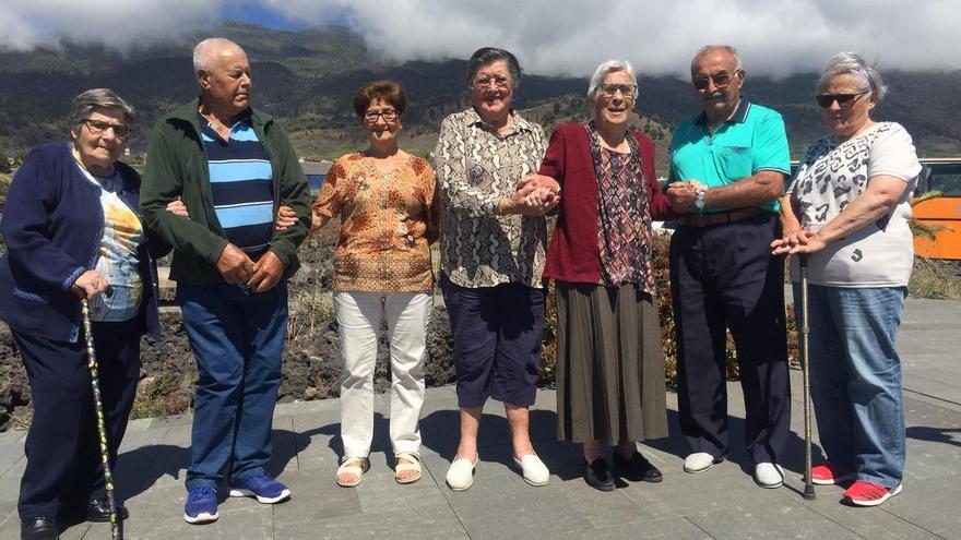 Elba García (pantalón beige) junto a otras personas que presenciaron el volcán de San Juan.