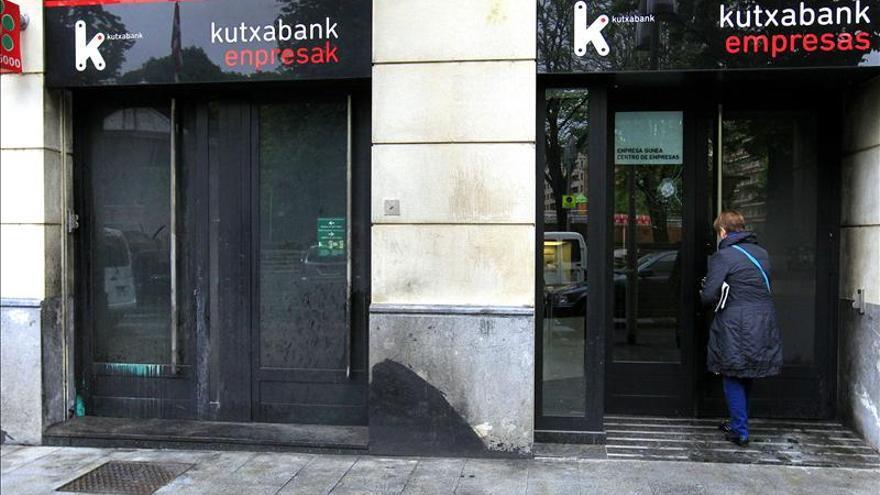 atacan con artefactos explosivos 2 oficinas de kutxabank